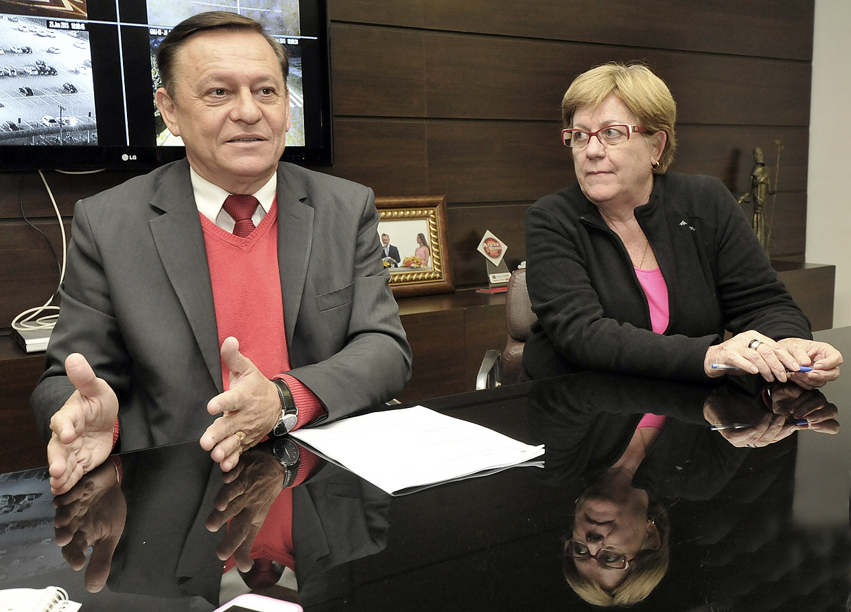 O prefeito anunciou as mudanças ao lado da secretária Rita Marchiore