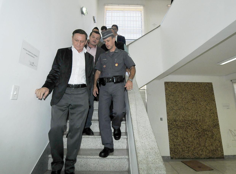 Após anúncio, prefeito visitou as instalações internas do casarão