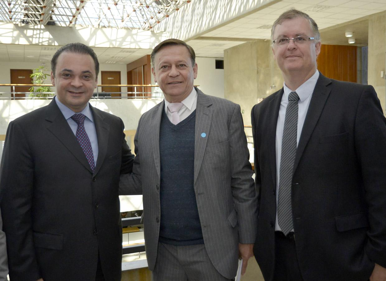 O prefeito Pedro Bigardi, Marcos Brunholi e o secretário estadual Roberto de Lucena