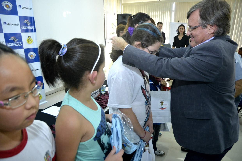 Folgozi entrega medalha aos alunos