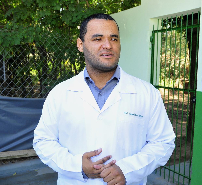 O veterinário Jonathann realiza palestra sobre guarda responsável e pós-adoção