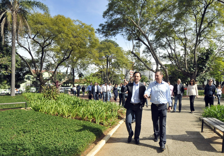 Praça das Rosas: novo piso, paisagismo e espaços de convivência