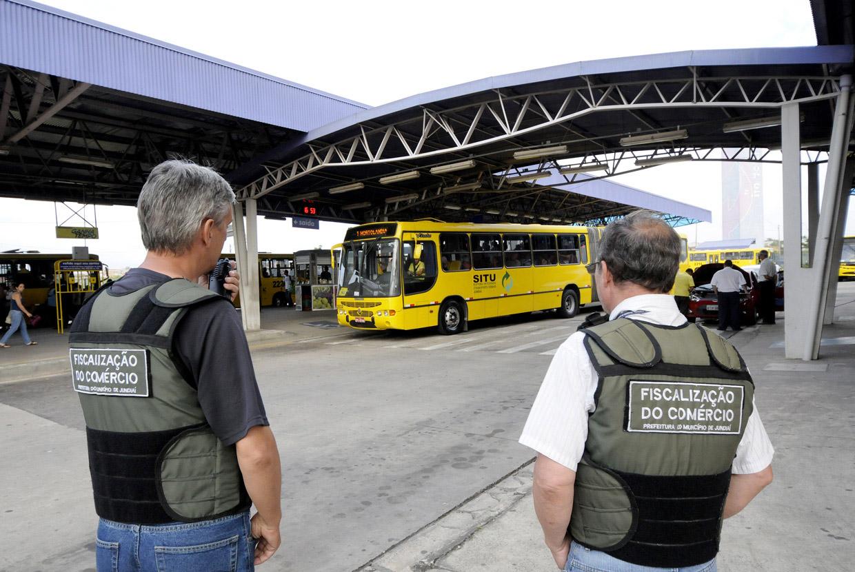 Fiscais do comércio integram força-tarefa em ação feita nos terminais de ônibus