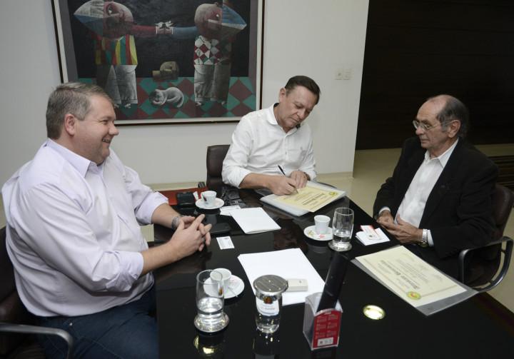 Prefeito asina diplomas que serão entregues em evento italo-brasileiro