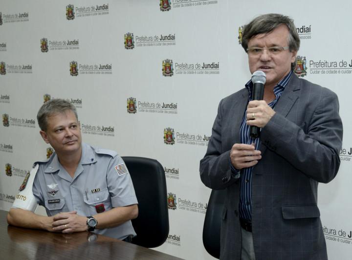 Wilson Folgosi, secretario de Transportes, e o cabo João Carlos na abertura do programa