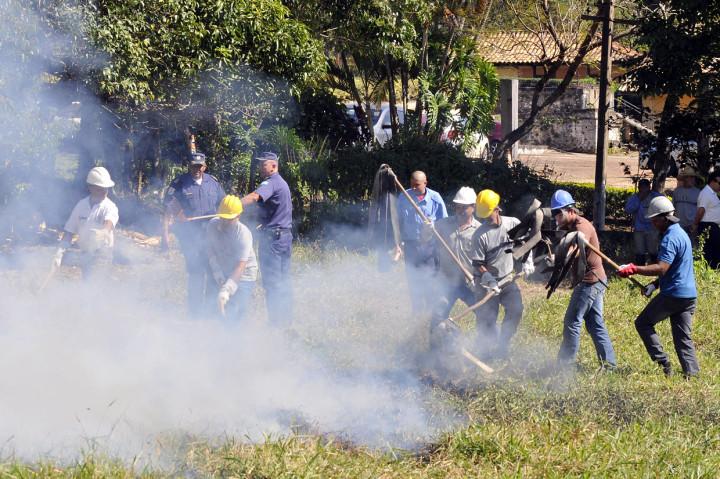 Hora de apagar focos de incêndio de verdade na aula prática desta sexta-feira