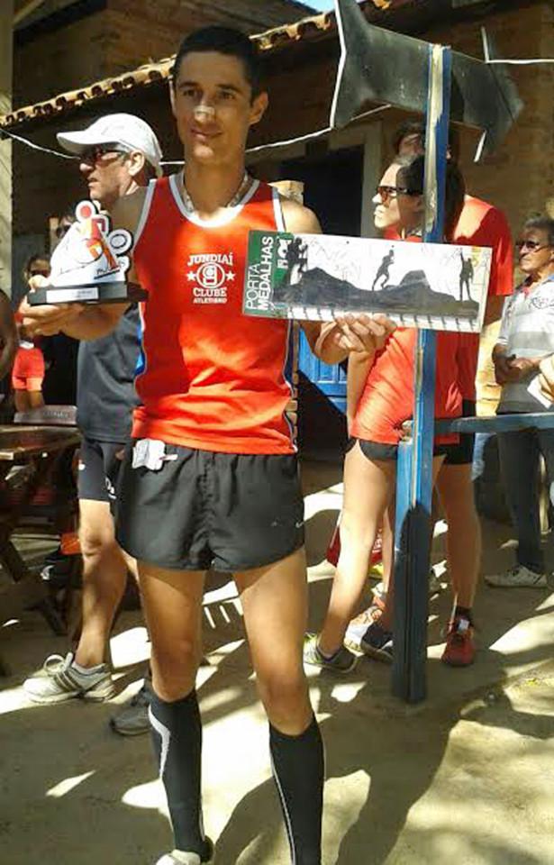 Tiago Sampaio e o troféu pela conquista