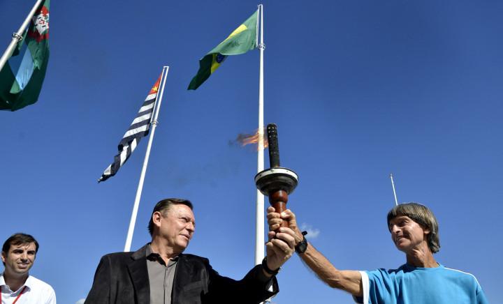 O prefeito Pedro Bigardi com a tocha dos Jogos Regionais, realizados em Jundiaí
