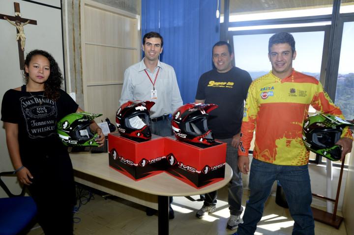 Equipe recebeu os capacetes das mãos do secretário Cristiano Lopes