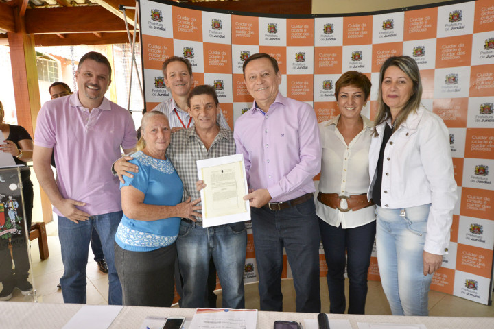 Moradores receberam a matrícula dos imóveis das mãos do prefeito