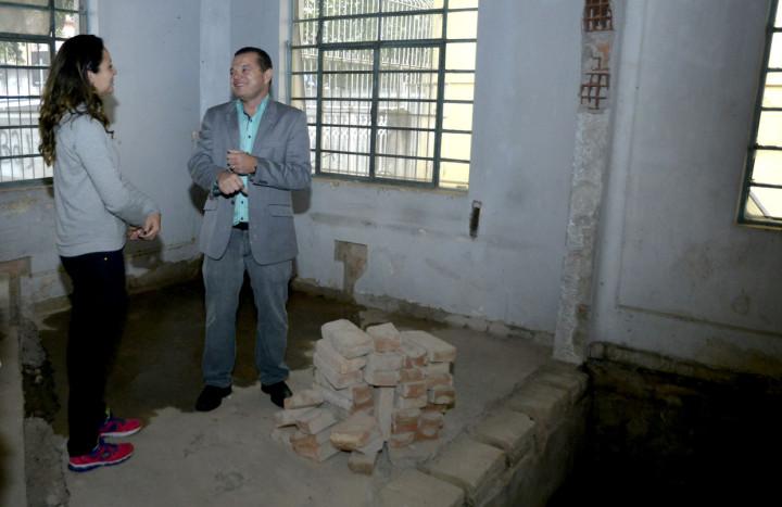 José Carlos Pires, do GGIM, visita obra do casarão acompanhado pela arquiteta Mayla Aragão