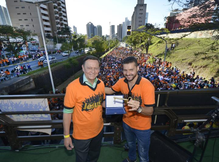 O prefeito Pedro Bigardi entregou a chave da cidade ao pastor Isaías