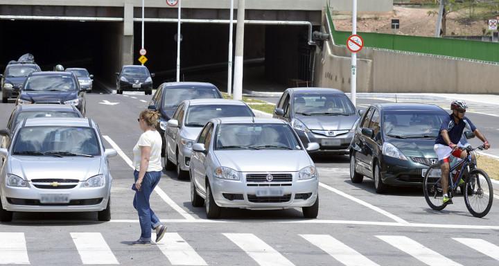 Pedestres, ciclistas e carros convivem nas vias coletoras (na foto, túnel da Ponte)