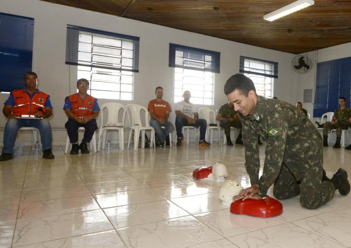 Militar simula procedimento de ação em caso de parada cardiopulmonar