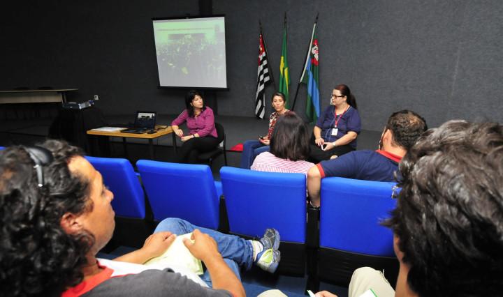 Reunião no auditório da biblioteca: grupos são estimulados a participar