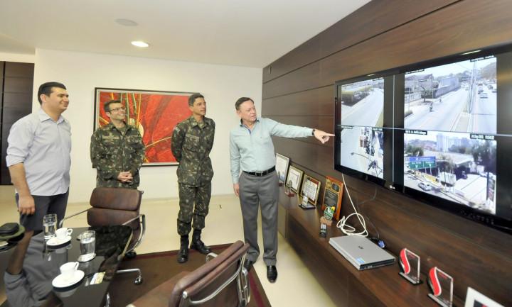 Prefeito Pedro Bigardi mostra áreas monitoradas durante encontro pela manhã