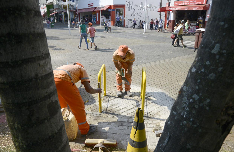 Paraciclos sendo instalados no calçadão, perto da rua São José
