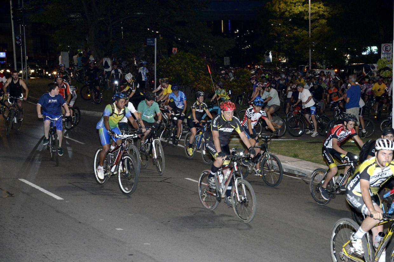 Mais de 300 ciclistas estiveram presentes no passeio/manifestação