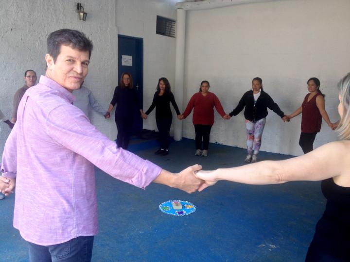 Tércio que já foi bailarino clássico se juntou a dança circular no Parque do Jardim das Tulipas