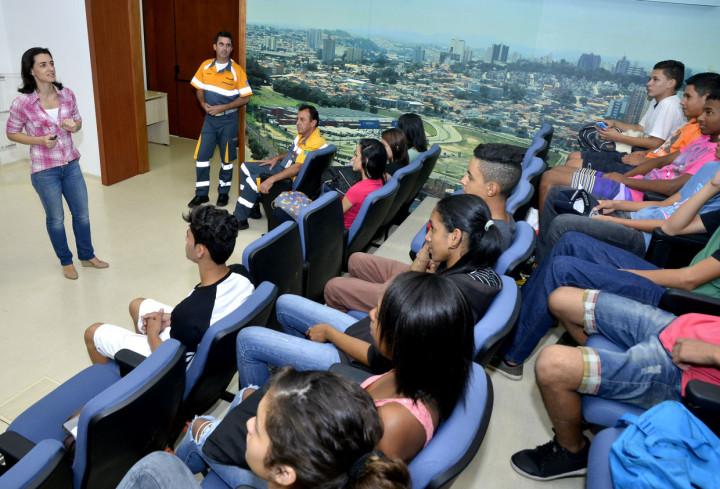 Jovens assistem palestra de educação no trânsito