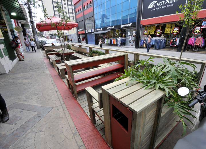 Parklet na rua do Rosário (Centro): estudo prepara normas para comunidade propor novos espaços