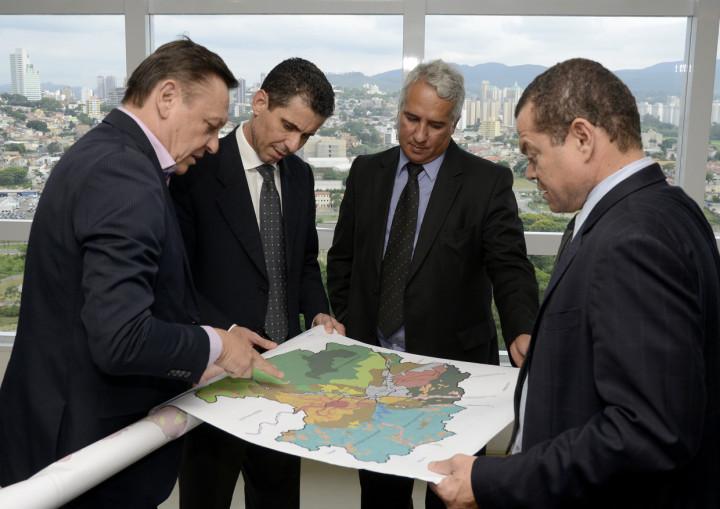 Prefeito mostra mapa e destaca Serra do Japi a delegado da PF