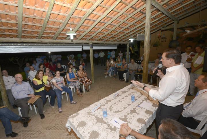 Prefeito Pedro Bigardi ao lado dos moradores, que comemoraram a entrega dos títulos