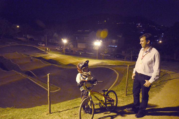 Secretário inaugura iluminação na pista do Siqueira Neto