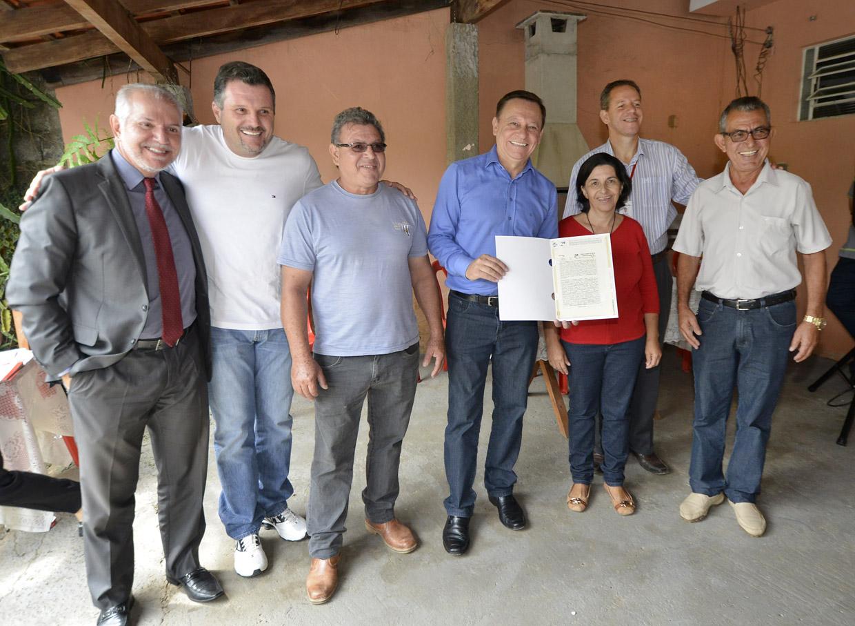 Ivanete Coutinho recebeu o documento das mãos do prefeito
