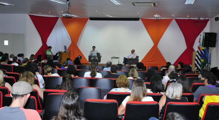 Encontro reuniu educadores no auditório Elis Regina