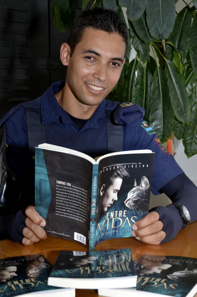"""Emerson Ribeiro e o livro """"O Substituto"""", o primeiro da triologia"""