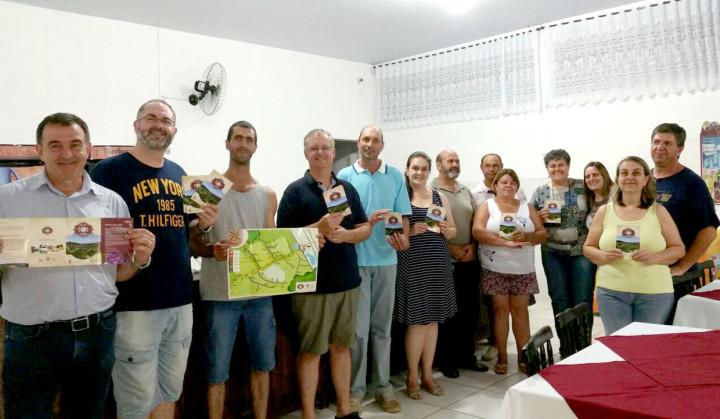 Marcos Brunholi entregou o material aos integrantes da Rota da Uva