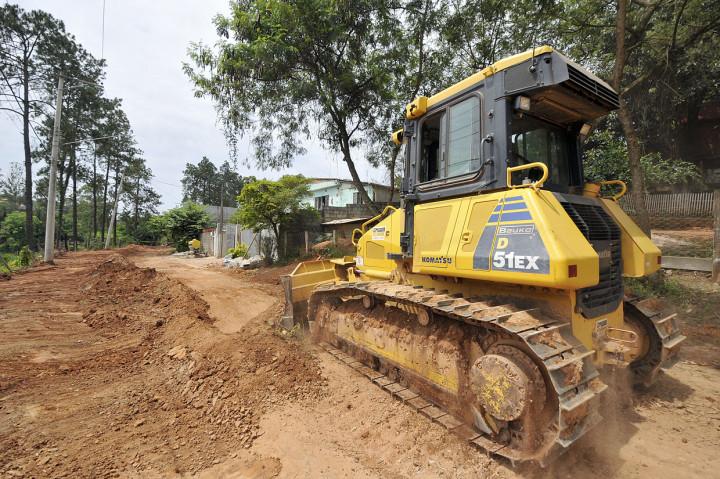 Máquinas trabalham nas obras de infraestrutura no loteamento