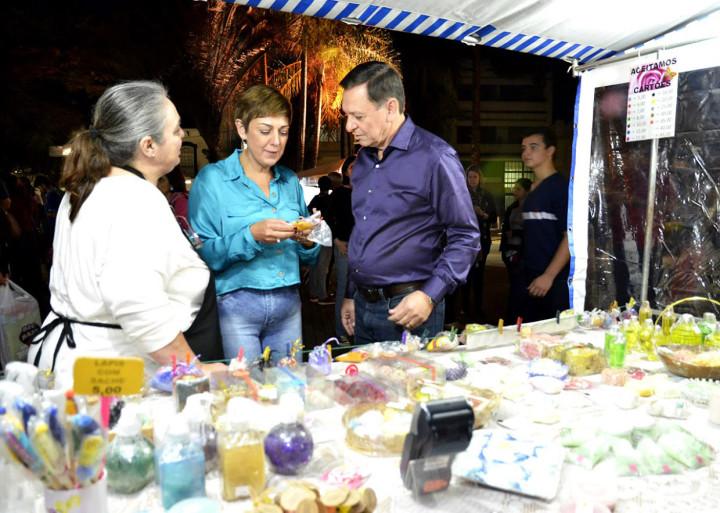 Pedro Bigardi e Margarete em visita ao artesanato na 'Sexta no Centro'