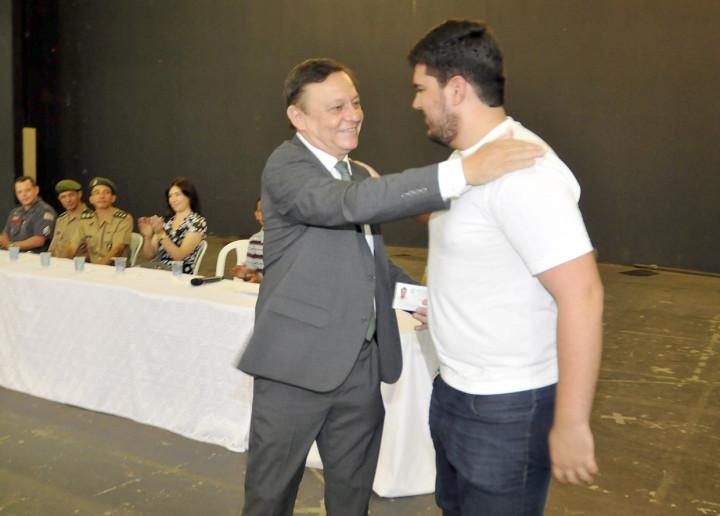 Pedro Bigardi entrega o certificado a Lucas, primeiro a ser chamado