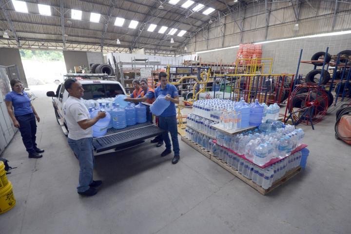 Técnicos da Defesa Civil recebem novo lote de água no final da tarde desta terça-feira