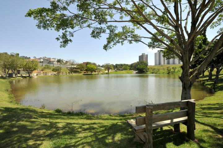 Com sete lagos, parque oferece muitas atrações de lazer a visitantes