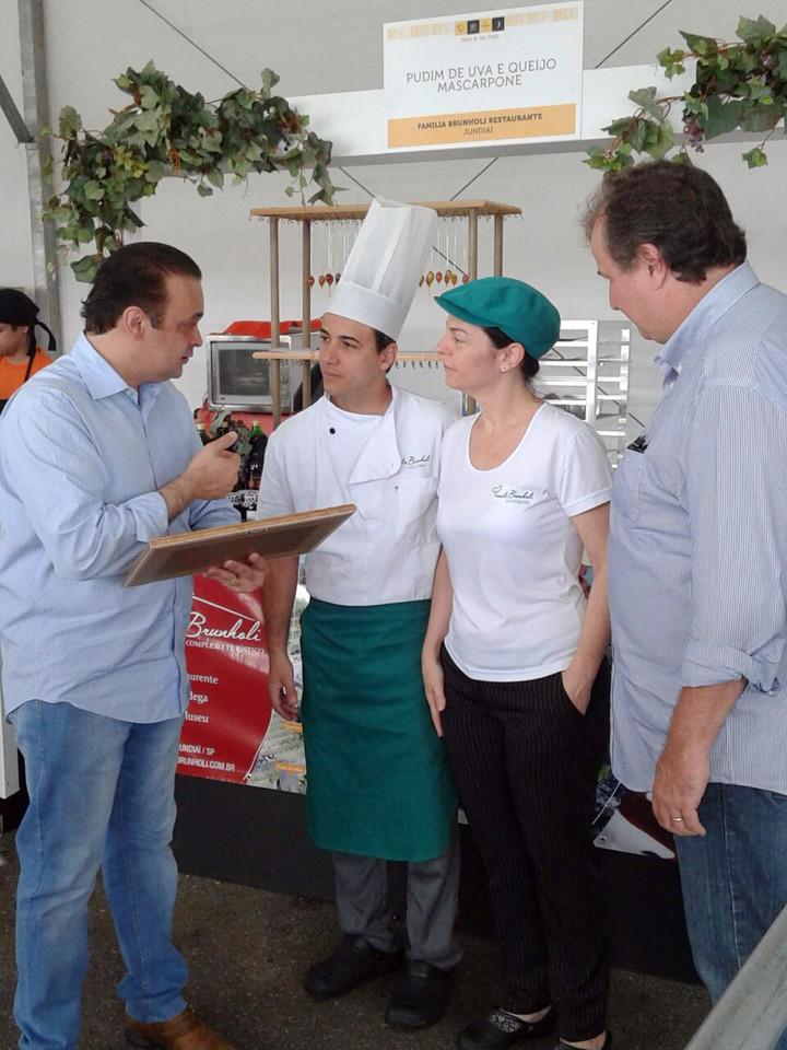 O estande recebeu a visita do secretário estadual Roberto de Lucena
