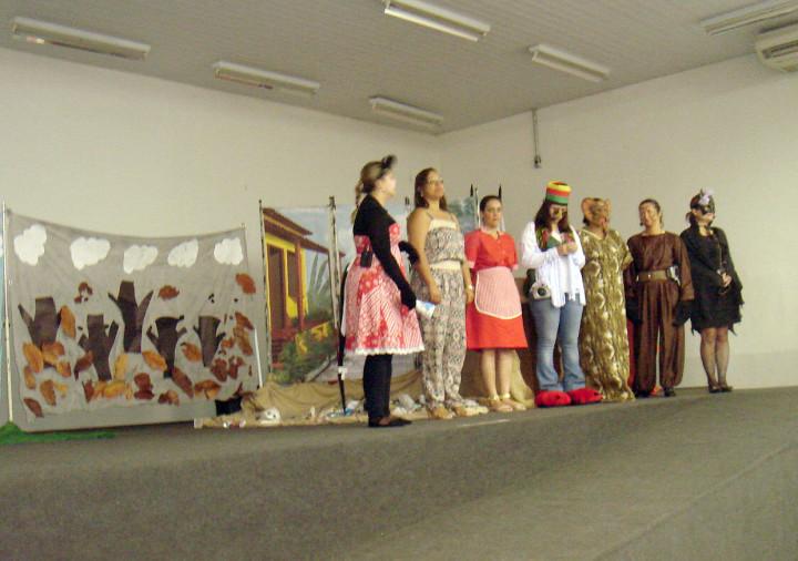 Equipes da Zoonoses e da Educação durante apresentação