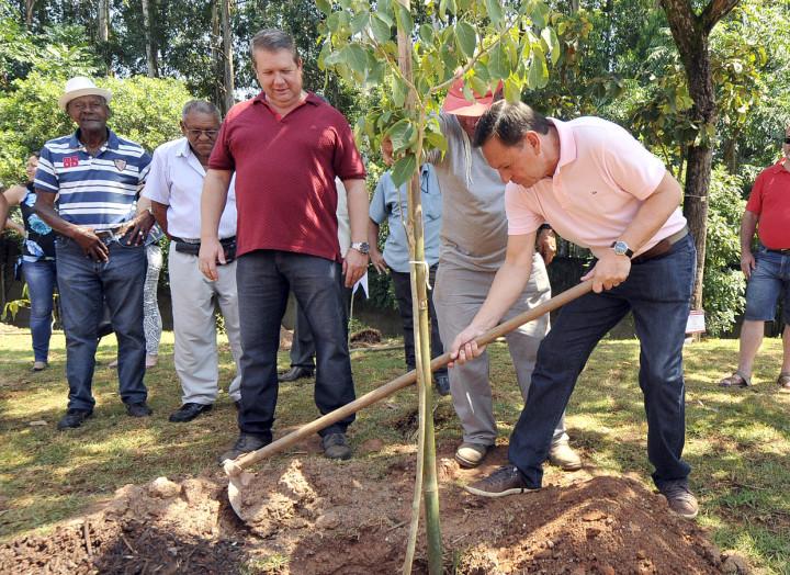 Após inauguração, mudas de árvores foram plantadas pelas autoridades