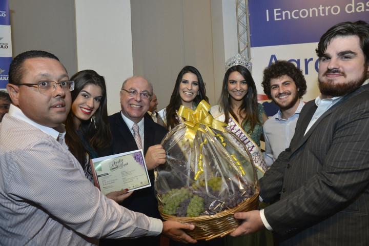 O secretário Arnaldo Jardim (ao centro) recebe convite para a festa