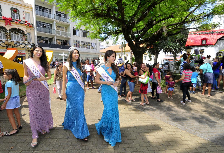 A rainha e as princesas no Centro Histórico: ação visita diversos centros comerciais