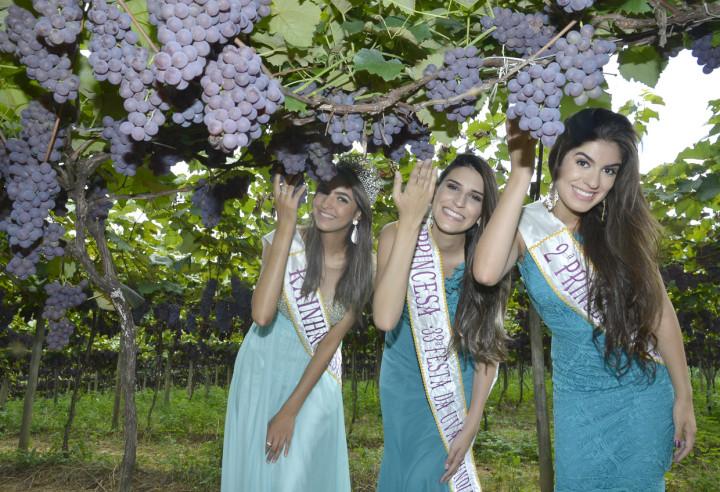 A rainha Patrícia e as princesas Raquel e Gabriela: festa evoca história milenar da uva