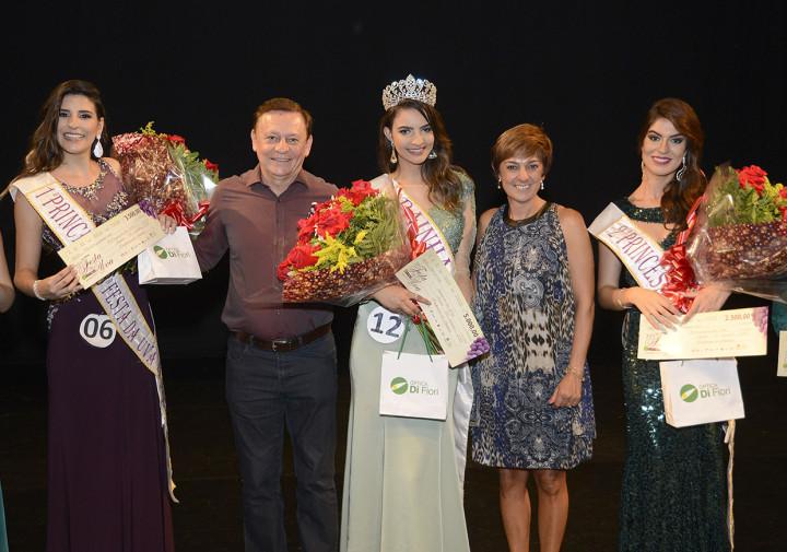 Prefeito e primeira-dama com a rainha e princesas eleitas