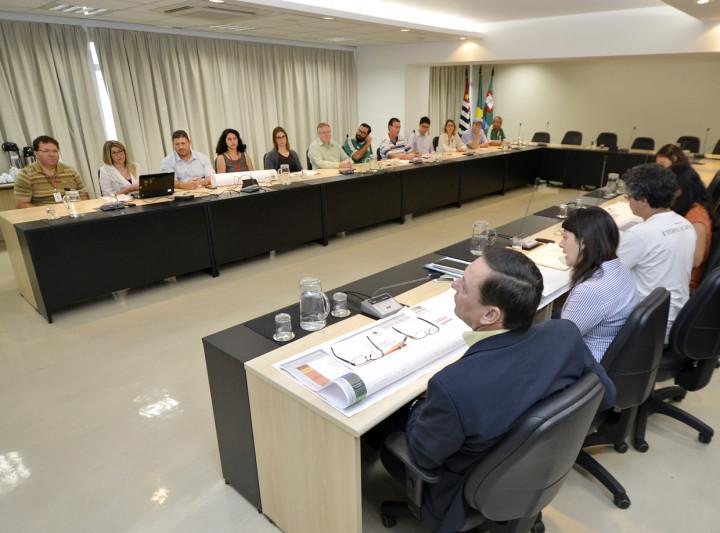 Prefeito Pedro Bigardi e secretário Daniela da Camara recebem resultado da equipe técnica