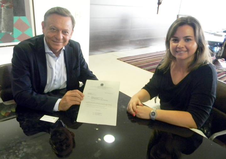 Diretora do Instituto Federal de Jundiaí entrega convite ao prefeito