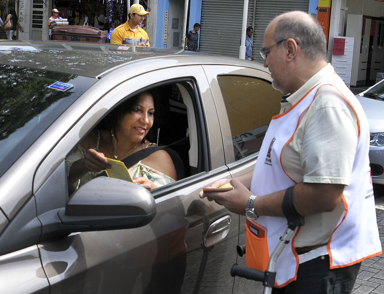 Motoristas receberam blocos de multa moral para distribuir e conscientizar