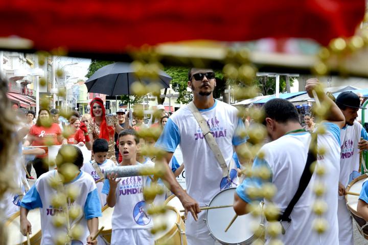 Cortejo de maracatu chamou a atenção de quem passou pelo Centro