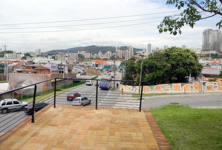 Ao centro, o aterro do Vianelo. À direita, prédios no alto do morro da Bela Vista