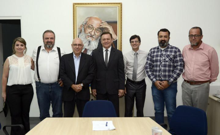Prefeito, vice e secretário de Educação junto com representantes do Instituto Federal